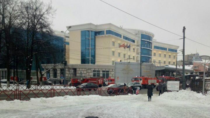 В Ярославле тушить пожар в «Ринг премьер отеле» выехали более десяти бригад МЧС
