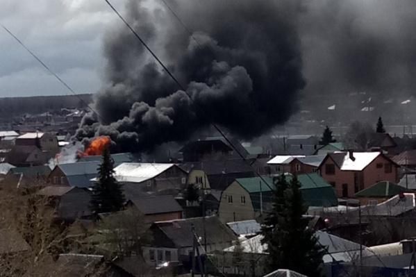 Сотрудники МЧС больше часа пытались остановить распространение огня