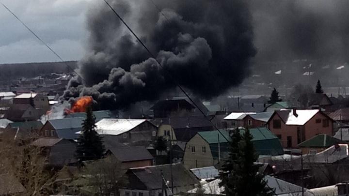 На улице Братской сгорели два частных дома и хозпостройки: работу пожарных осложнял сильный ветер