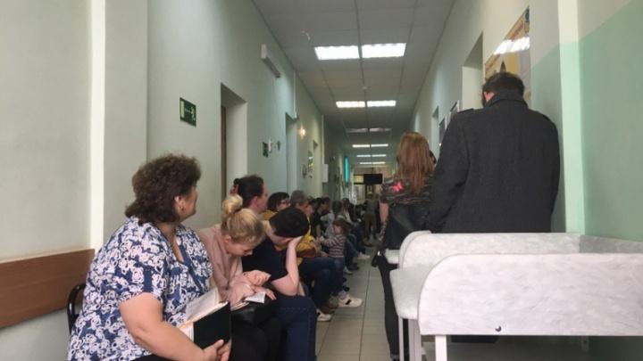 Ярославской школьнице стало плохо после многочасового ожидания в очереди к педиатру