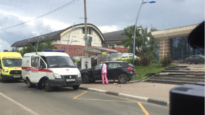 В Ярославле блондинка на «Мерседесе» скатилась с лестницы из салона красоты