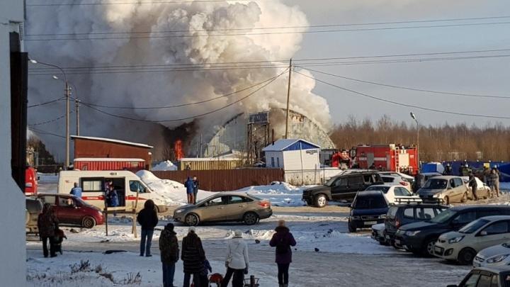 В Архангельске загорелся ангар с автомобилями