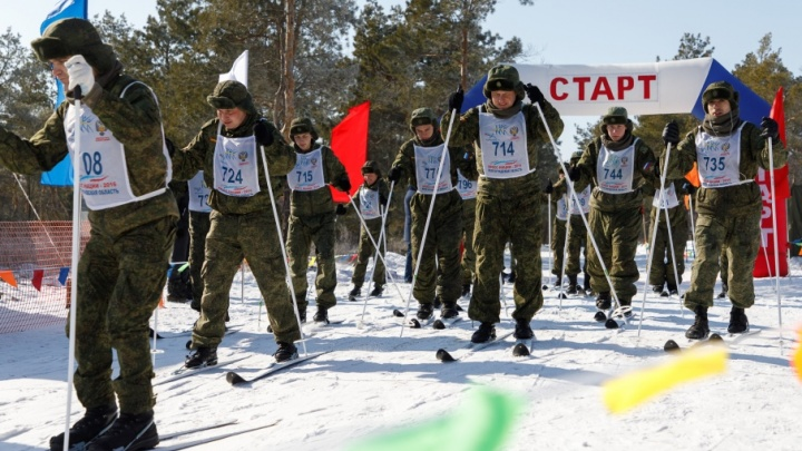 На палках между ёлками: в Волгограде лучшие солдаты устроили десятикилометровую гонку