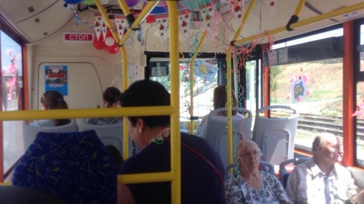 По Волгограду курсирует необычный автобус с шарами и бабочками