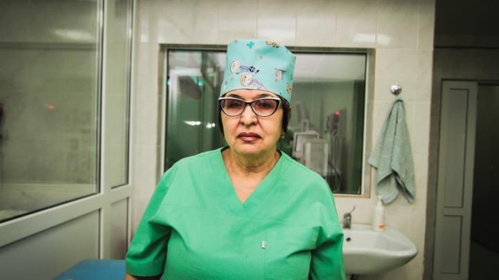 «Меня всегда тянет в операционную»: медсестра с полувековым опытом работы понимает хирургов без слов