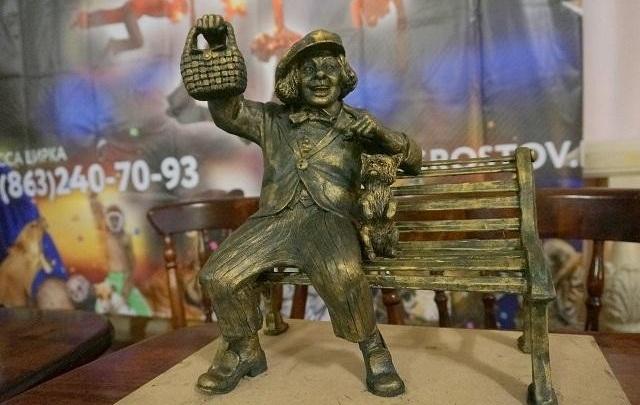 На лавке с корзинкой: администрация Ростова утвердила эскиз памятника Олегу Попову