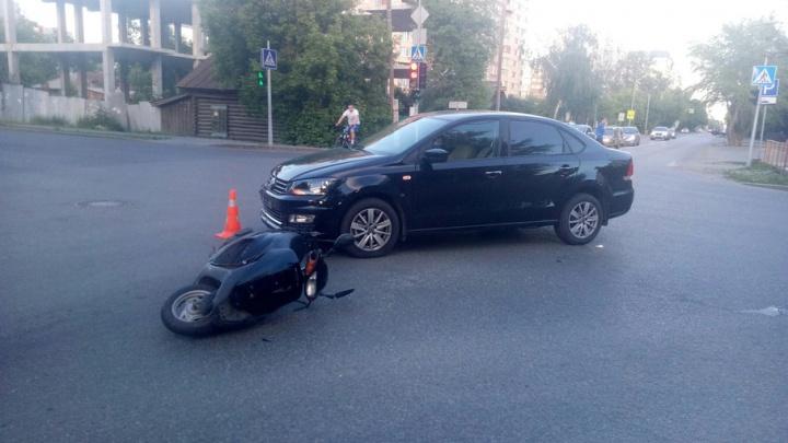 Иномарка сбила скутериста на улице Максима Горького: молодой человек доставлен в больницу