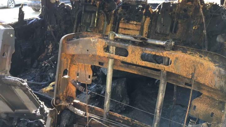 На охраняемой стоянке в Челябинске сгорели пять элитных иномарок