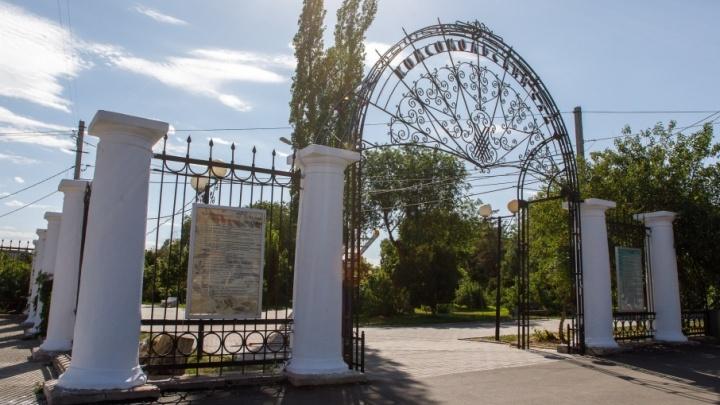 В Комсомольском парке Волгограда вспомнили о посеревших и треснувших колоннах