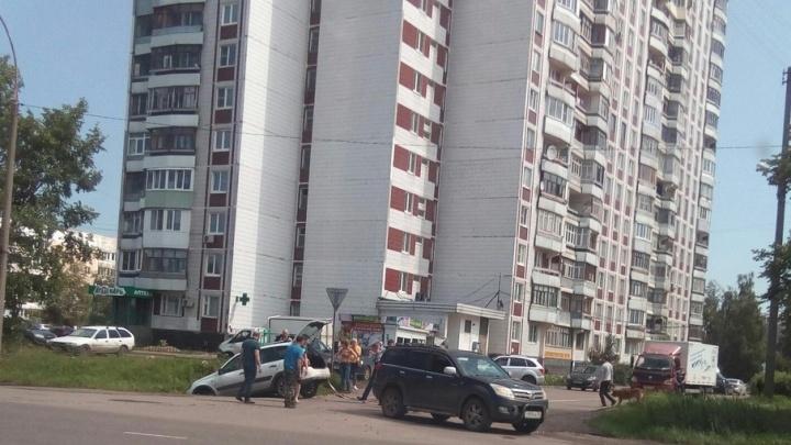 В Ярославле «Калина» свалилась в кювет, объезжая другую машину