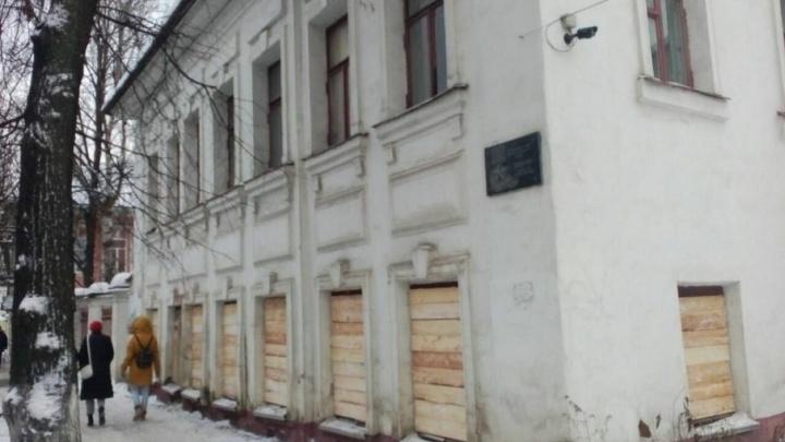 Дом-памятник, разгромленный бомжами, заколотили досками