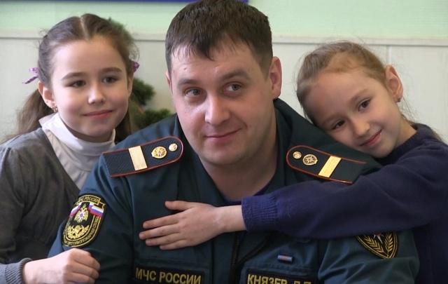 Девочки, спасённые из огня в Чурилово, сами сделали подарок пожарным