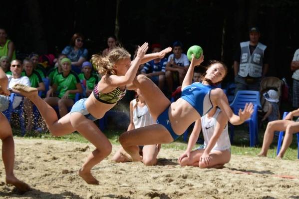 Состязания по пляжному гандболу всегда зрелищны и увлекательны