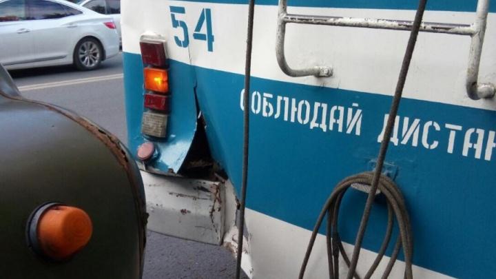 «Соблюдай дистанцию»: в Самаре на Антонова-Овсеенко  ЗИЛ «догнал» троллейбус