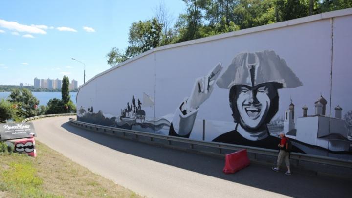 Северодвинские художники создают большое граффити с изображением Петра I в Воронеже