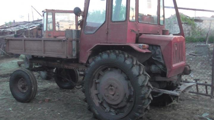 Пожилой тракторист сбил девочку на сельской дороге