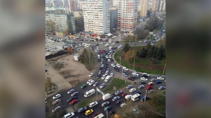 Северный встал: спешащие на кладбище ростовчане спровоцировали в городе длинные пробки