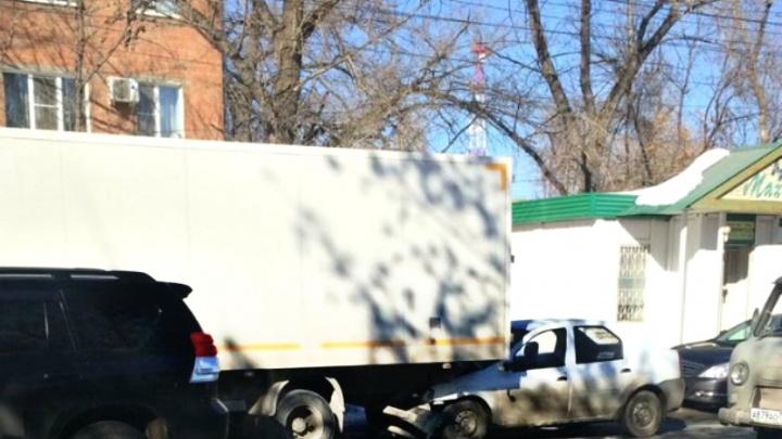 На Зубчаниновском шоссе Renault Logan влетел в грузовик