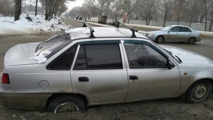 «Колесо — на выброс»:  на Кирова машина провалилась под асфальт