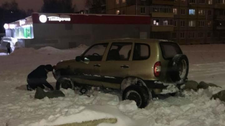 В Ярославле «Нива» застряла на спрятанных под снегом рельсах