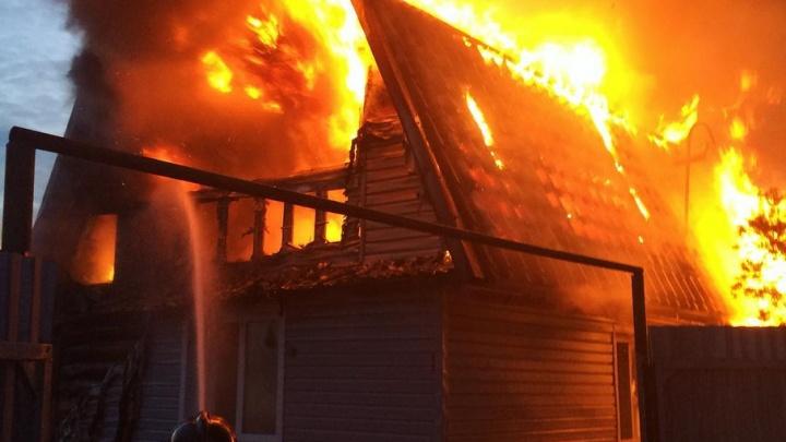 Из горящего дома под Тюменью эвакуировали газовые баллоны