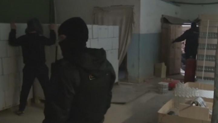Выпускали 12 тысяч бутылок в сутки: тюменские полицейские накрыли подпольный цех по производству водки