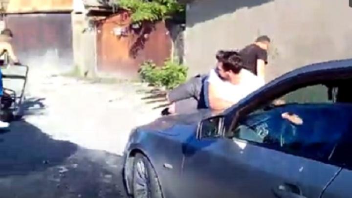 Автомобилист провез на капоте мужчину во дворе ЗЖМ