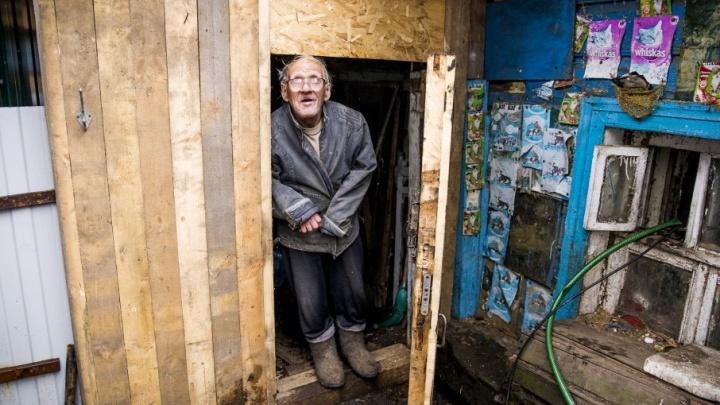 Обошлись без властей: ветерану из землянки всей страной построили новый дом