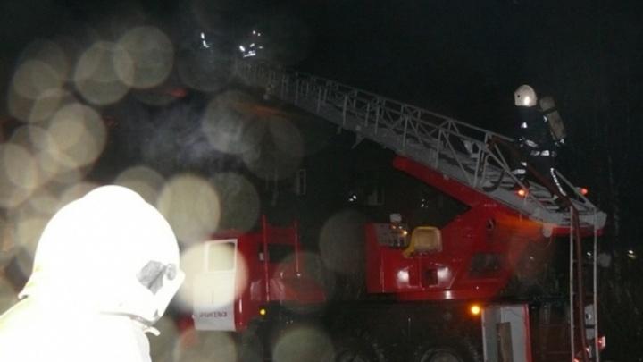 В Архангельске пожарные спасли двух человек из полыхающей квартиры