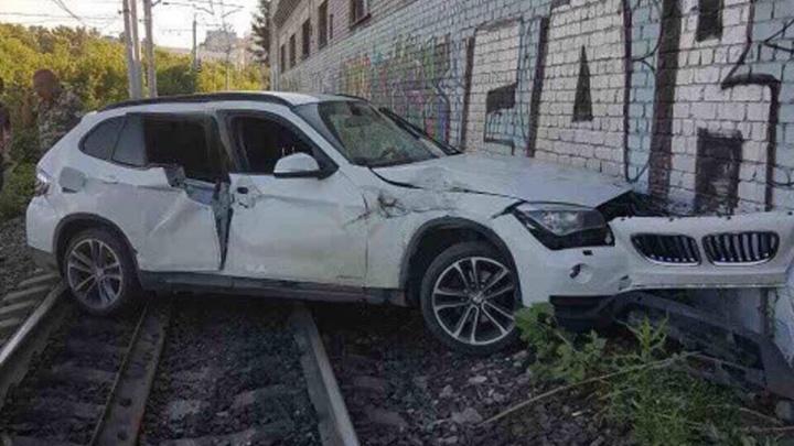 Не успел проскочить: подробности столкновения BMW и поезда в Самаре