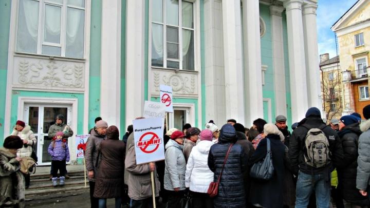 «Мы утрачиваем культурные ценности»: северодвинцы вышли на пикет за сохранение кинотеатра «Родина»