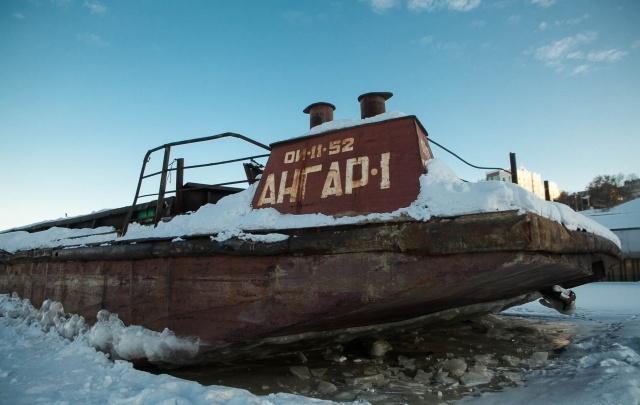 В Тюмени Росприроднадзор оштрафовал владельца баржи, оставившего судно посреди Туры