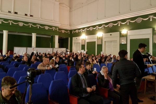 Организаторы явно не ожидали большого числа участников слушаний