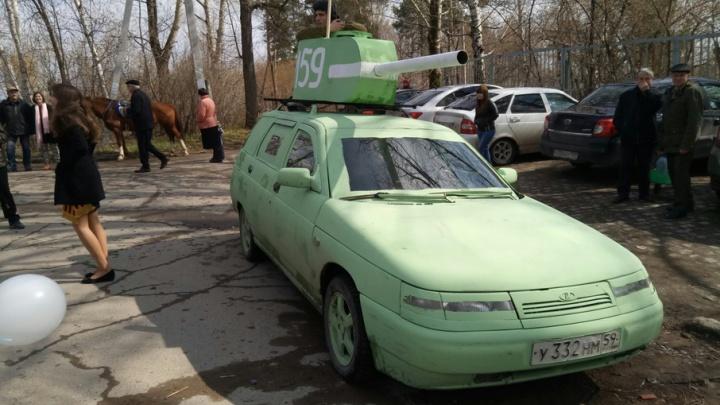 Танки в городе: пермские автомобилисты превратили свои машины в бронетранспортеры