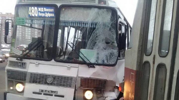 Услышали звон стекла: на Пензенской маршрутный автобус врезался в трамвай №3