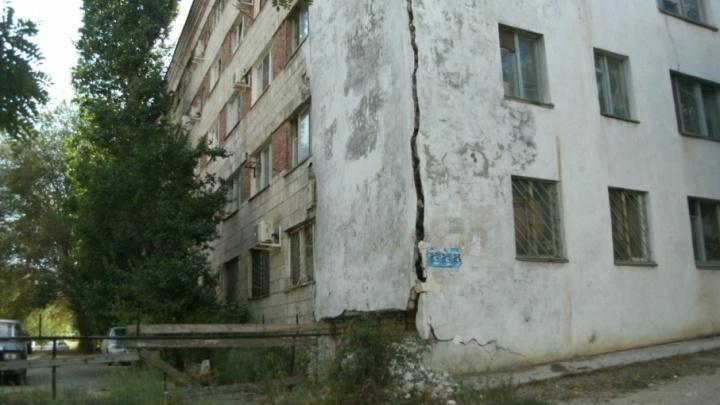 В переделанном из общежития доме в Волгограде разъезжаются стены