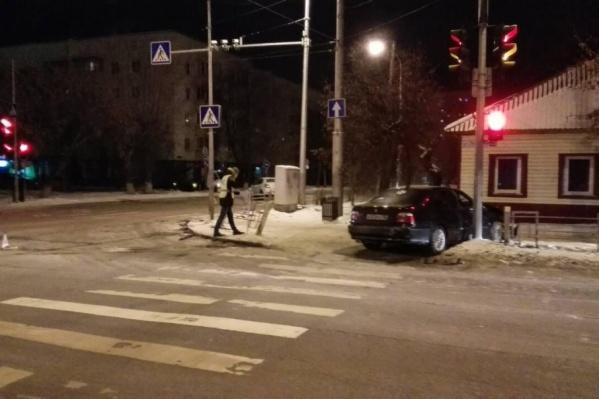 Иномарка двигалась на запрещающий сигнал светофора