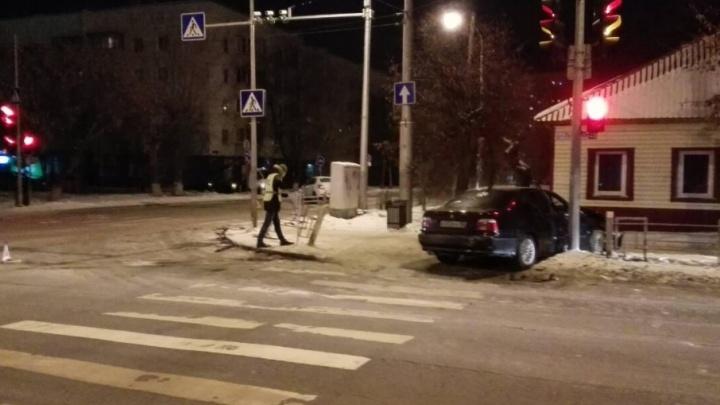 Бесправник на BMW пытался скрыться от тюменских инспекторов и устроил аварию