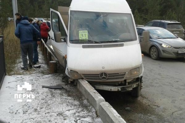 Микроавтобус с пассажирами врезался в бордюр