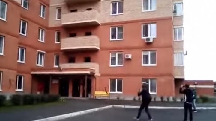 Юные челябинцы развлеклись, сбрасывая самокат с балкона в элитном микрорайоне