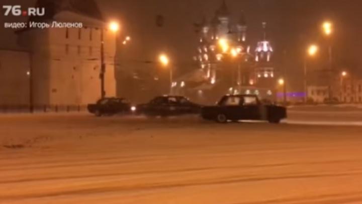 В ГИБДД вычислили водителей, устроивших дрифт в центре Ярославля