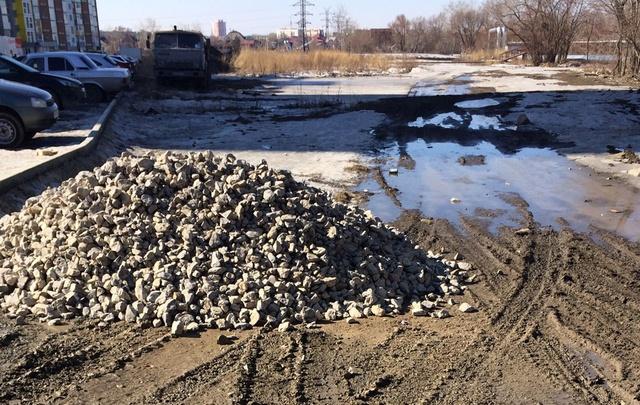 «Мы тонем в грязи»: жители Ленинского на свои деньги купили щебень, чтобы починить дорогу