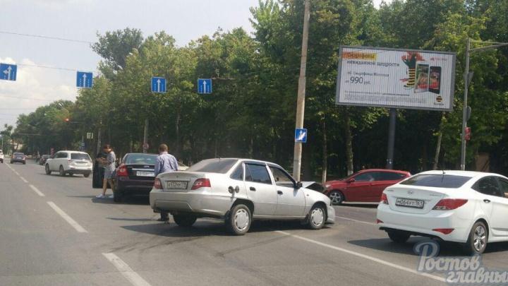 Две иномарки столкнулись у светофора на Нагибина