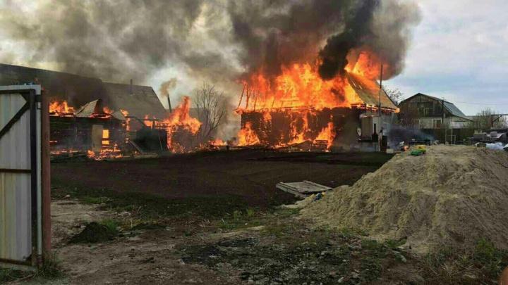 Под Тюменью сгорел дом многодетной семьи