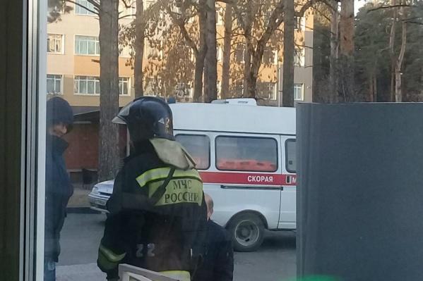 По словам очевидцев, больницу оцепили из-за подозрительных сумок