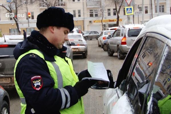 Инспекторы проверяют автомобилистов на долги по своей базе