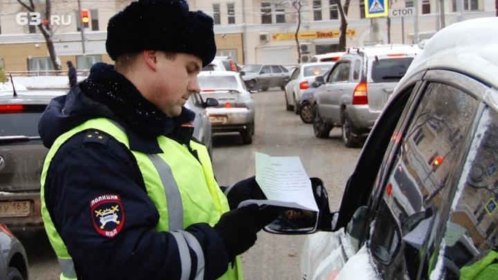 В Самаре у ЦУМа инспекторы ДПС и приставы проверяли штрафы у водителей