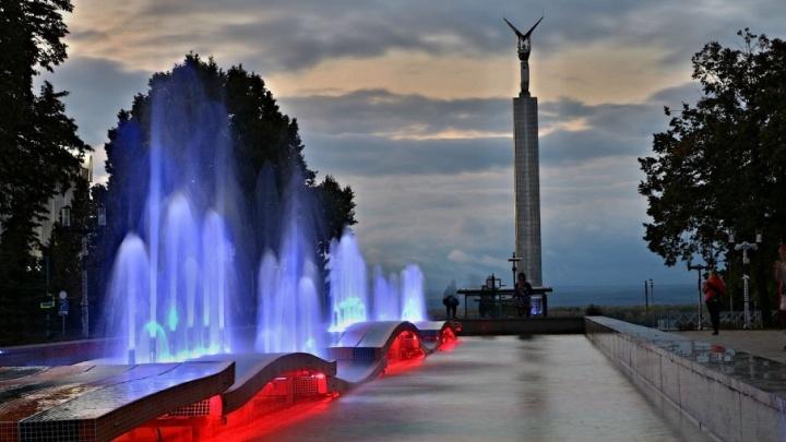 Тридцать ярких струй: в Самаре включили подсветку фонтана 30-летия Победы