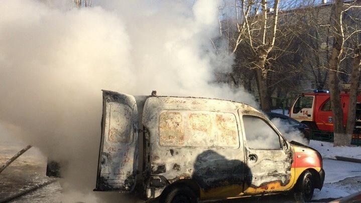 На Мориса Тореза сгорел автомобиль техпомощи, приехавший отогревать замерзшую машину