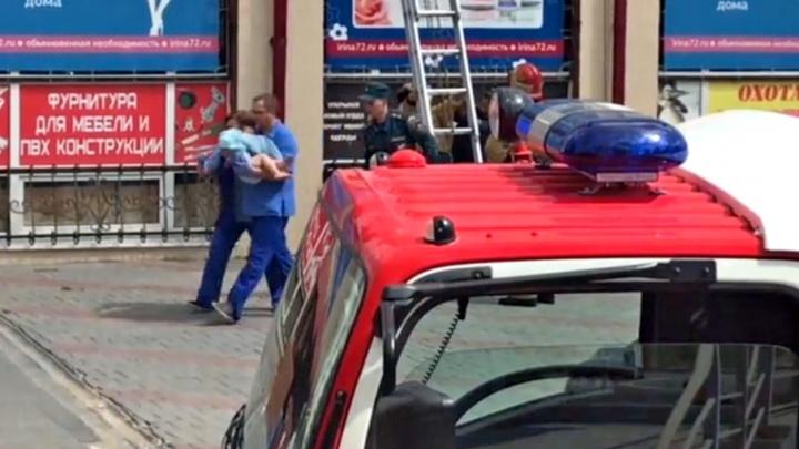 Ребёнка, выпавшего из окна тюменской многоэтажки, медики отпустили домой